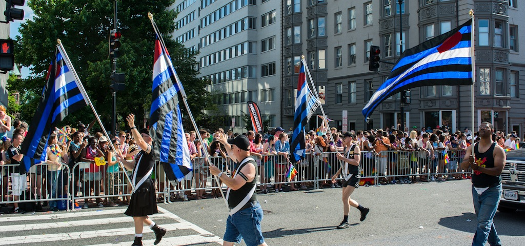 Personas llevando banderas leather en la Marcha del Orgullo Gay de Washington